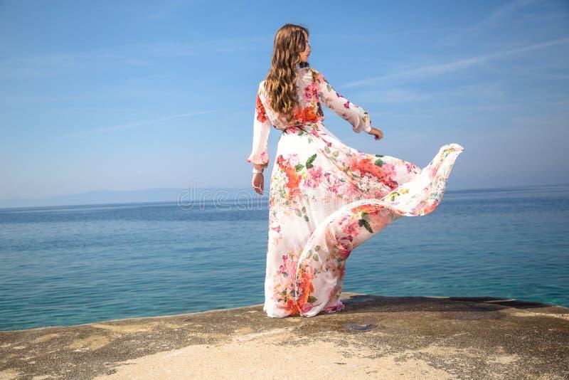 Mulher em um vestido do verão foto de stock