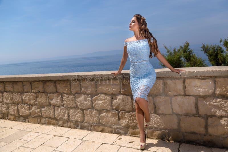 Mulher em um vestido do verão foto de stock royalty free