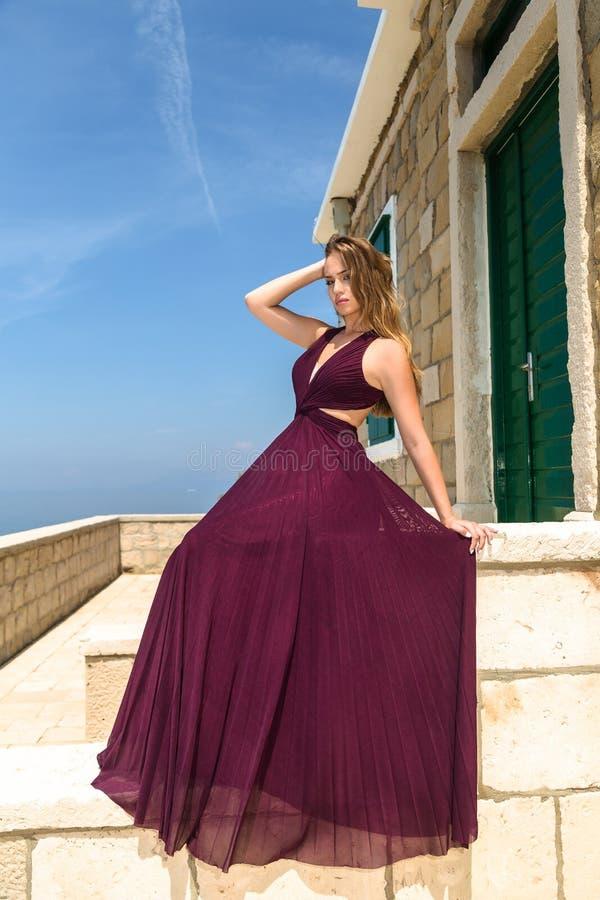 Mulher em um vestido do verão imagens de stock