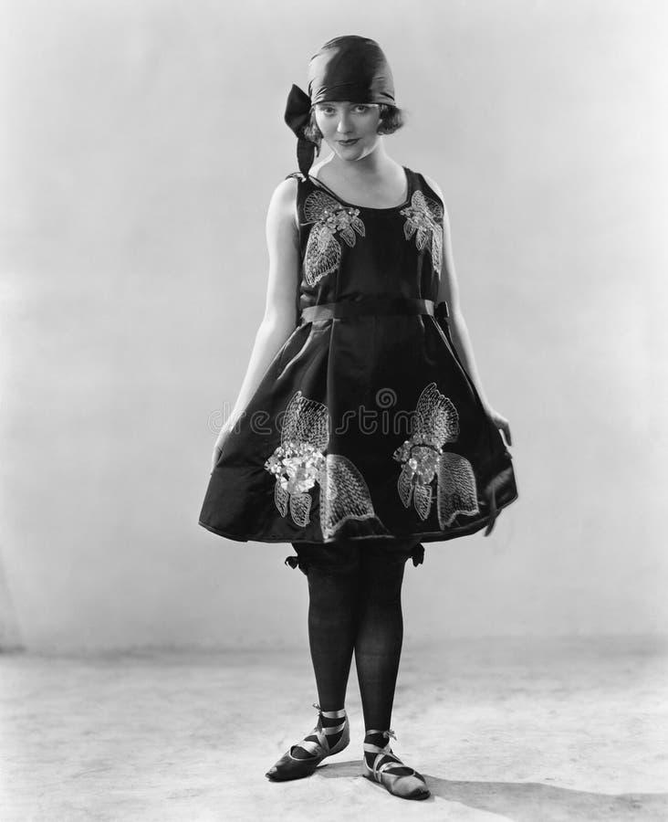 Mulher em um vestido florescido e em sapatas da bailarina (todas as pessoas descritas não são umas vivas mais longo e nenhuma pro imagem de stock