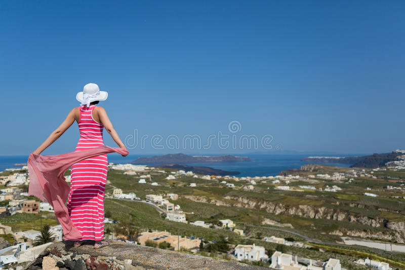 Mulher em um vestido longo, ilha Santorini, Grécia fotografia de stock