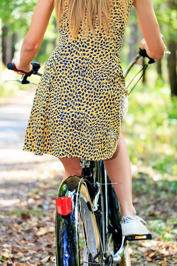 Mulher em uma bicicleta fotos de stock