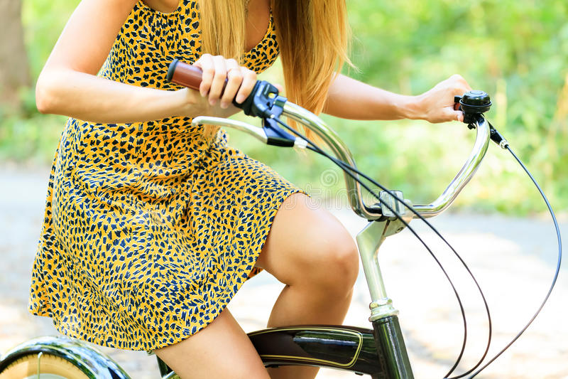 Mulher em uma bicicleta foto de stock royalty free