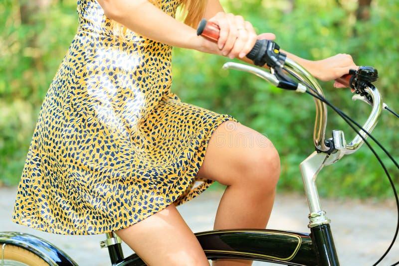 Mulher em uma bicicleta foto de stock