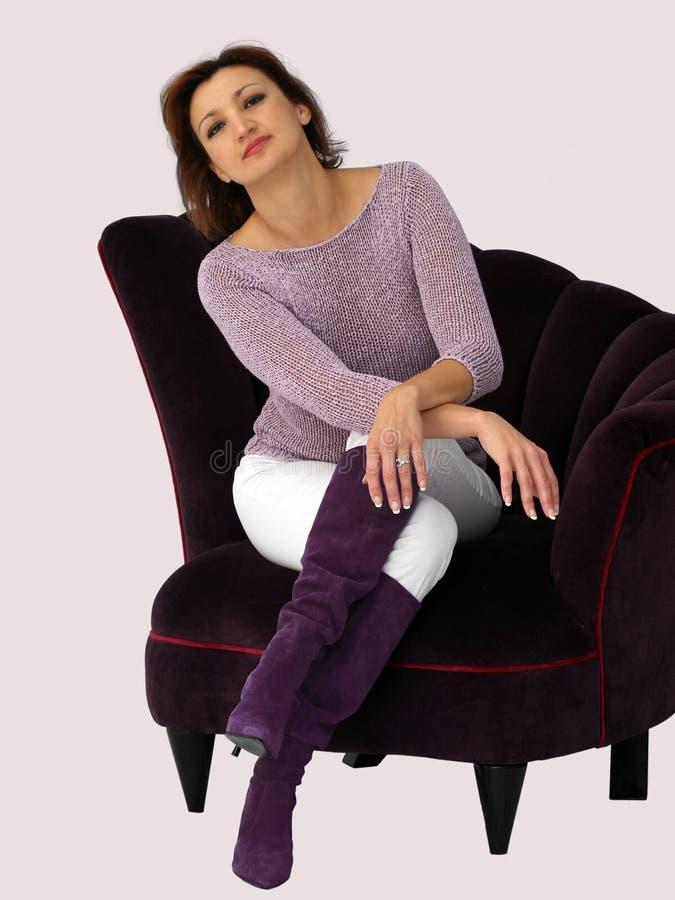 Mulher em uma cadeira imagens de stock
