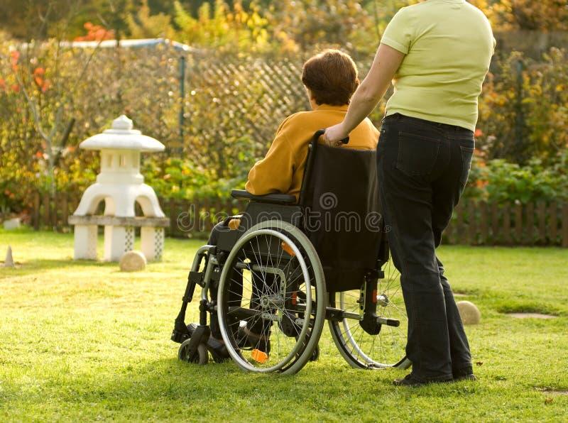 Mulher em uma cadeira de rodas fotografia de stock