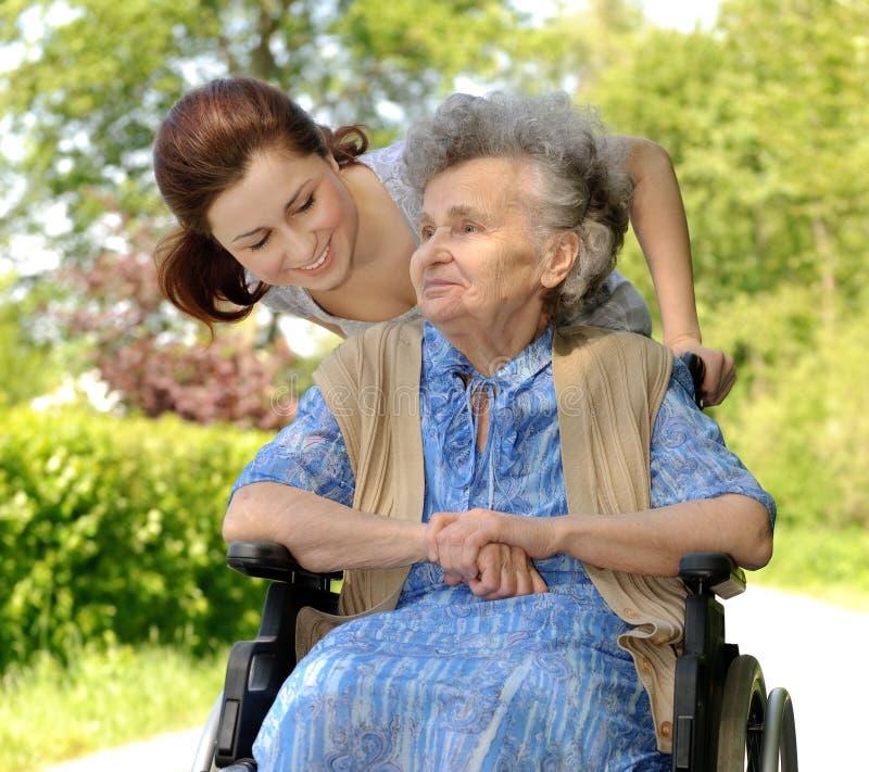 Mulher em uma cadeira de rodas fotos de stock