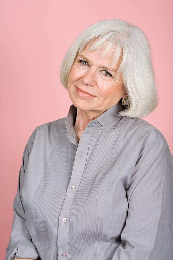 Mulher em uma camisa cinzenta imagens de stock