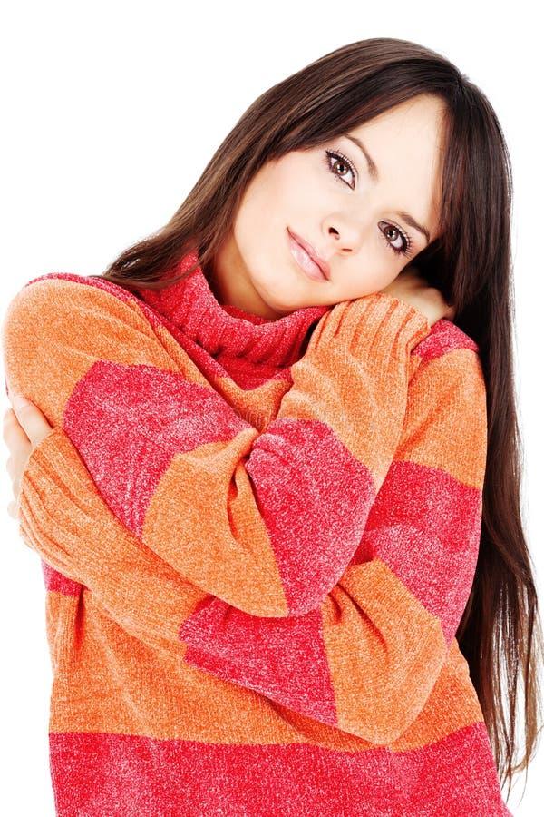 Mulher em uma camisola vermelho-alaranjada de lãs fotografia de stock royalty free