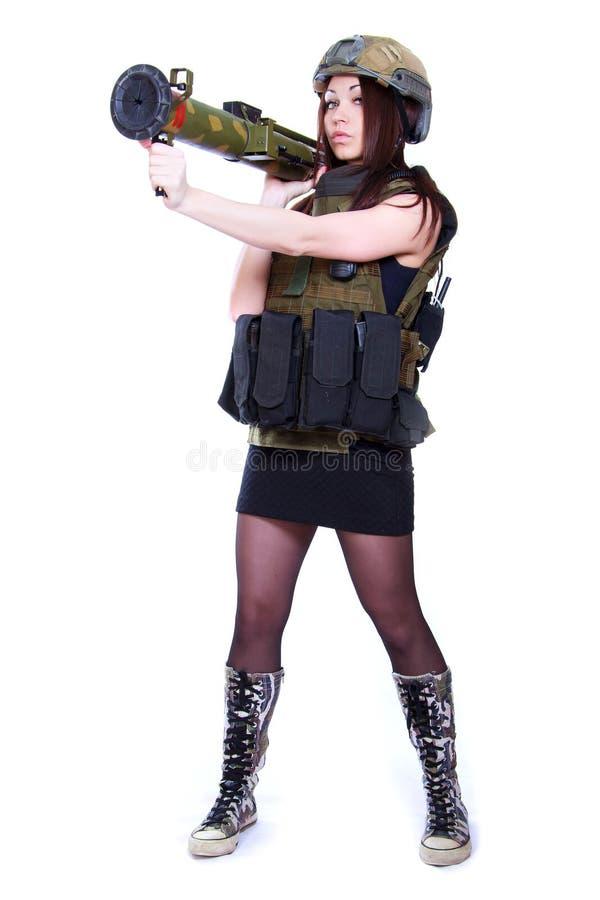 Mulher em uma camuflagem militar que guarda um lançador de granadas fotos de stock royalty free