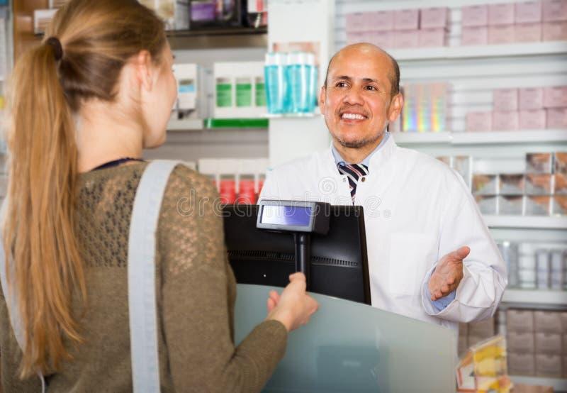 Mulher em uma drograria imagens de stock