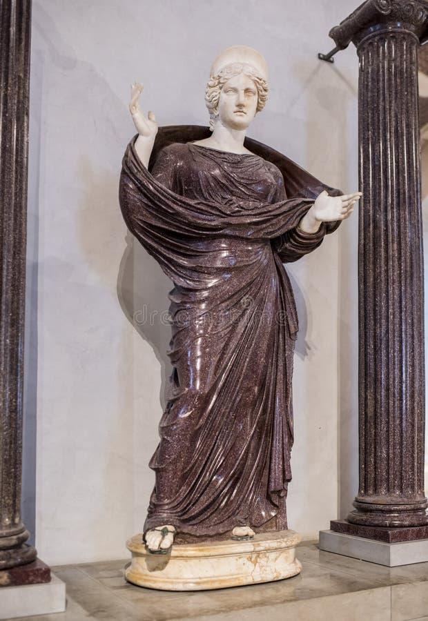 Mulher em uma oração entre duas colunas iônicas Grelha fotografia de stock