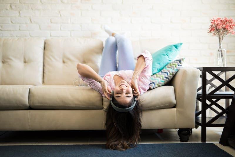 Mulher em uma pose engraçada do upsidedown foto de stock