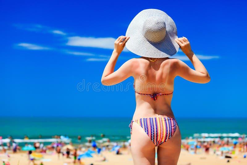 Mulher em uma praia fotos de stock