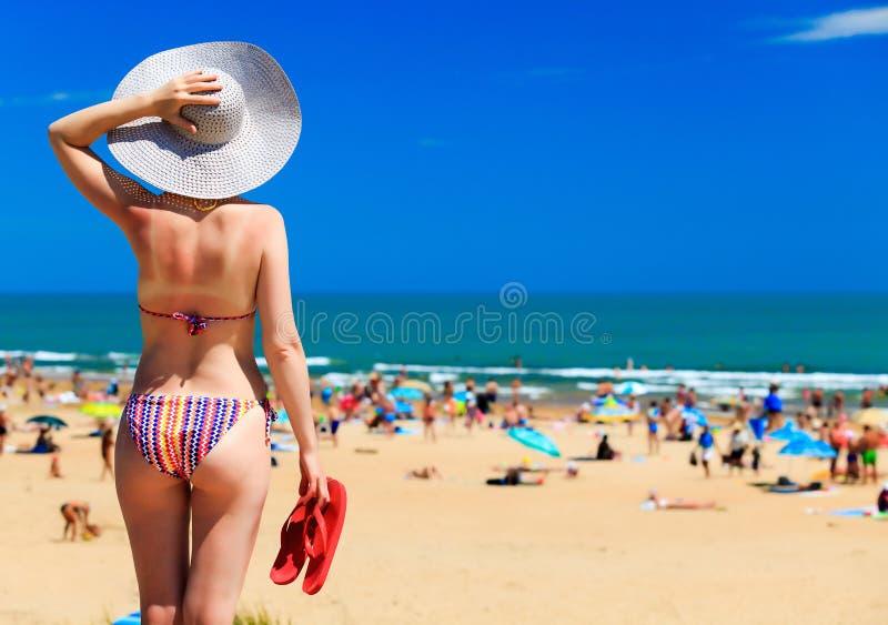 Mulher em uma praia imagem de stock royalty free