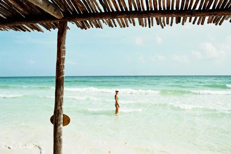 Mulher em uma praia do paraíso fotos de stock royalty free