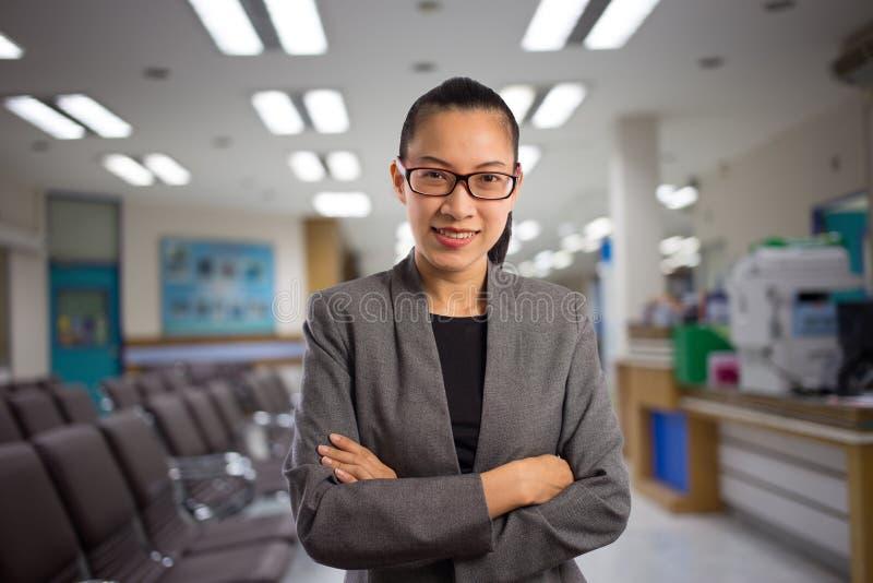 Mulher em uma sala de espera do hospital foto de stock royalty free