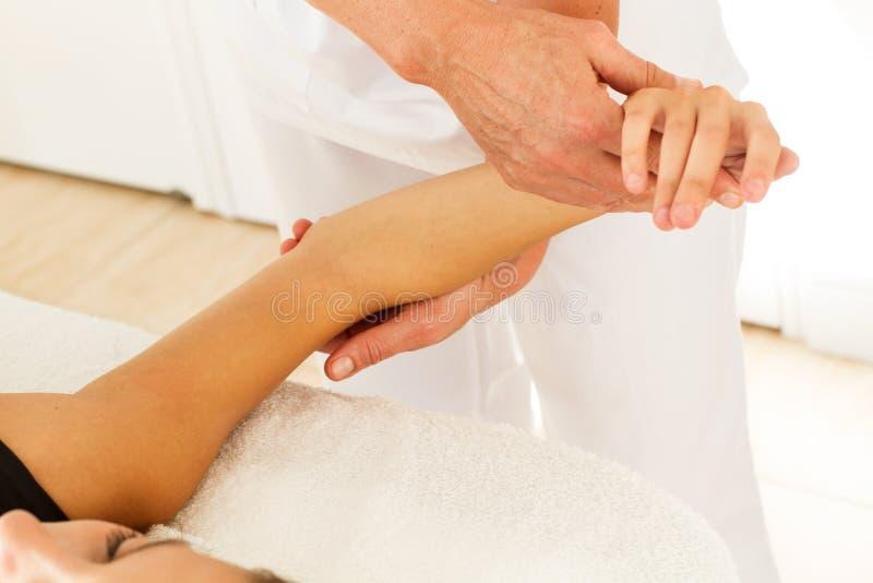 Mulher em uma sessão da massagem imagem de stock royalty free