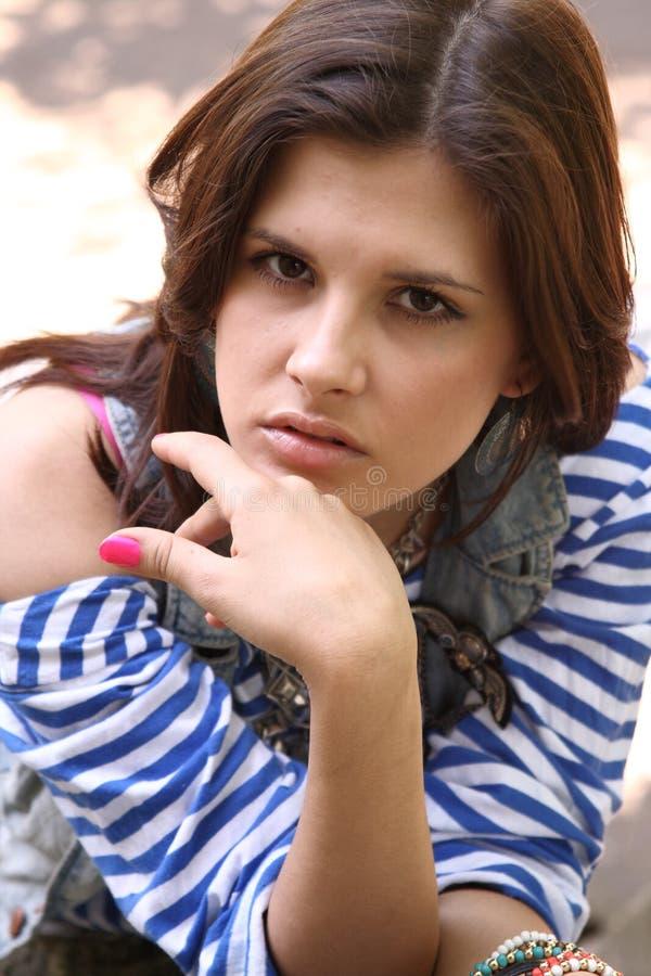 Mulher em veste listrada fotografia de stock