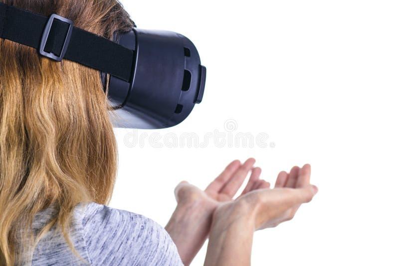 A mulher em vidros da realidade virtual experimenta um sentido da realidade foto de stock