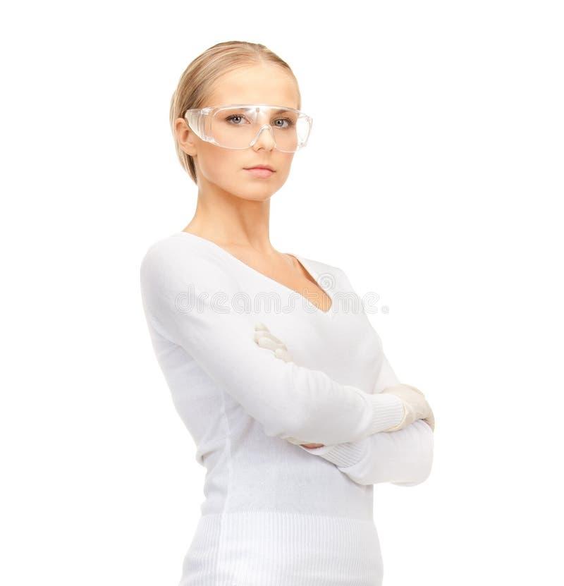 Mulher em vidros e em luvas protetores foto de stock