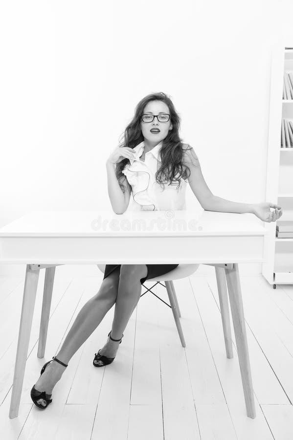 Mulher Emancipada Óculos de mulher, professor atraente Secretária atrativa de mulheres de negócios Academia de Negócios Negócios fotografia de stock