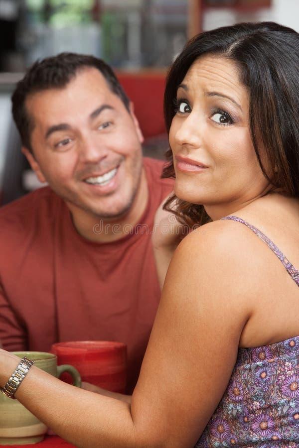 Mulher embaraçado e homem flertando imagem de stock