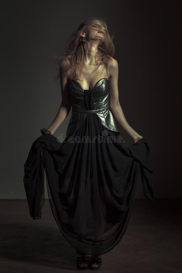 Mulher emocional 'sexy' que levanta no vestido de noite imagens de stock