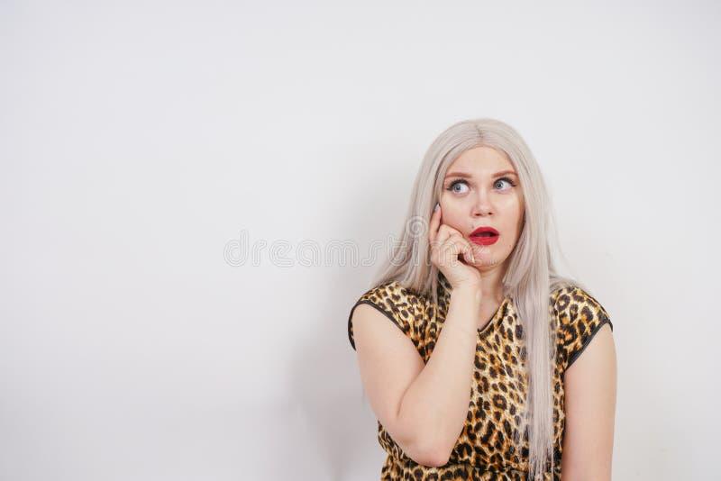 Mulher emocionalmente surpreendida no traje primordial do Dia das Bruxas com cabelo branco e os bordos vermelhos fotos de stock royalty free