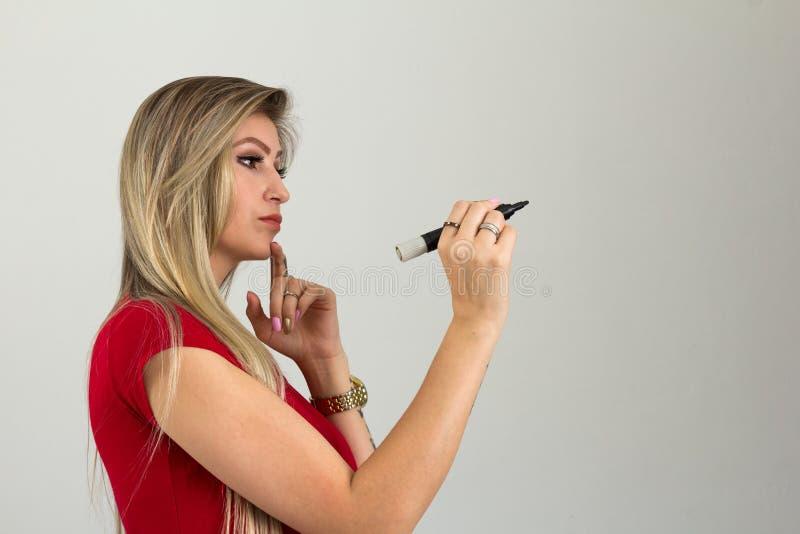 A mulher empreendedora está pensando sobre o que está indo ao wri fotografia de stock