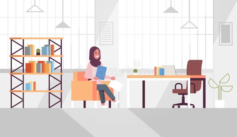 Mulher empresária árabe sentada na mesa de trabalho árabe empresária segurando documentos em papel preparando relatório trabalhan ilustração do vetor