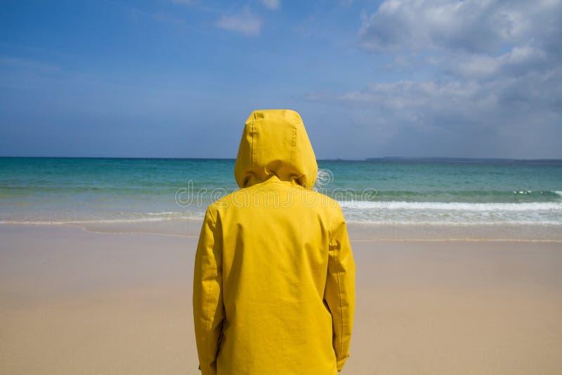 Mulher encalhada na ilha do paraíso imagem de stock royalty free