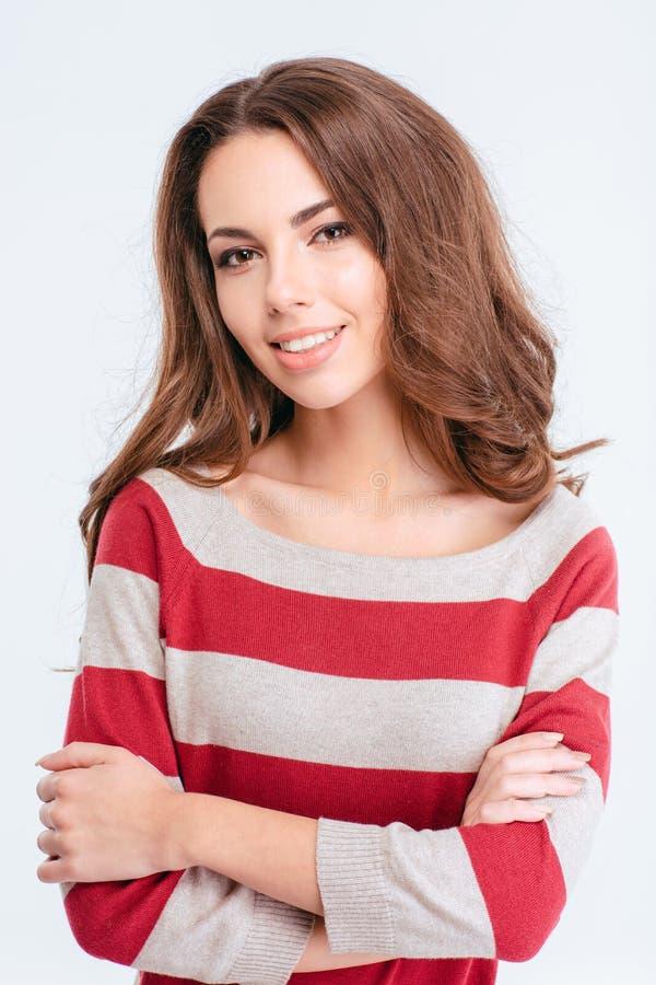 Mulher encantador de sorriso que está com os braços dobrados foto de stock royalty free
