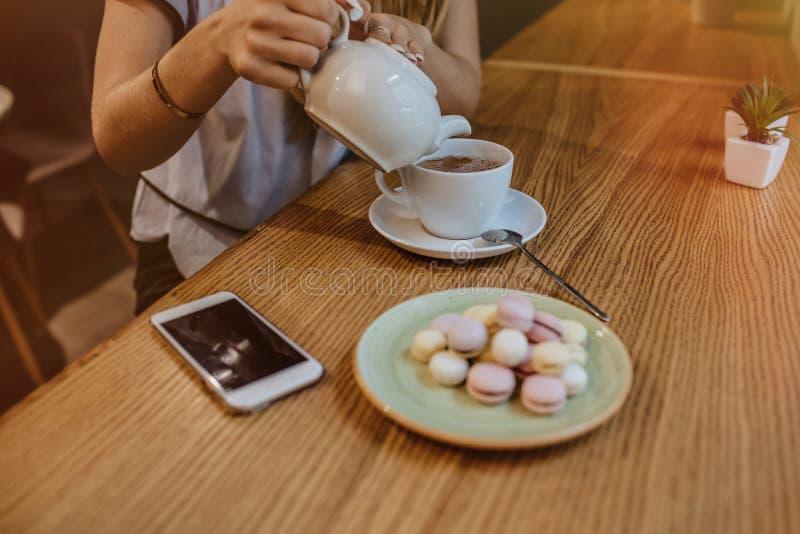 Mulher encantador em um chá bebendo do restaurante foto de stock royalty free