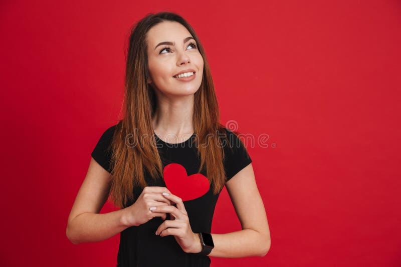 Mulher encantador no amor com cabelo marrom longo no HOL preto do t-shirt foto de stock royalty free