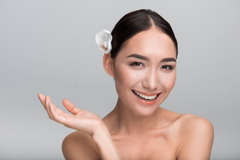 A mulher encantador otimista é deleitada com sua pele fresca fotos de stock royalty free
