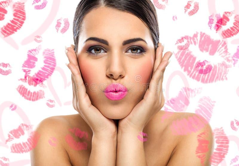 Mulher encantador que envia o beijo imagens de stock