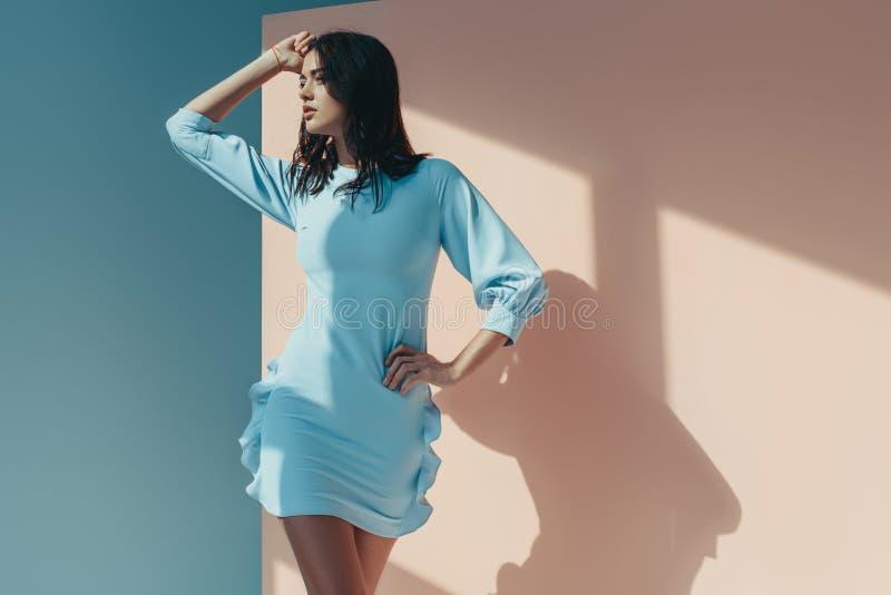 mulher encantador que está na vista elegante do vestido de turquesa imagem de stock