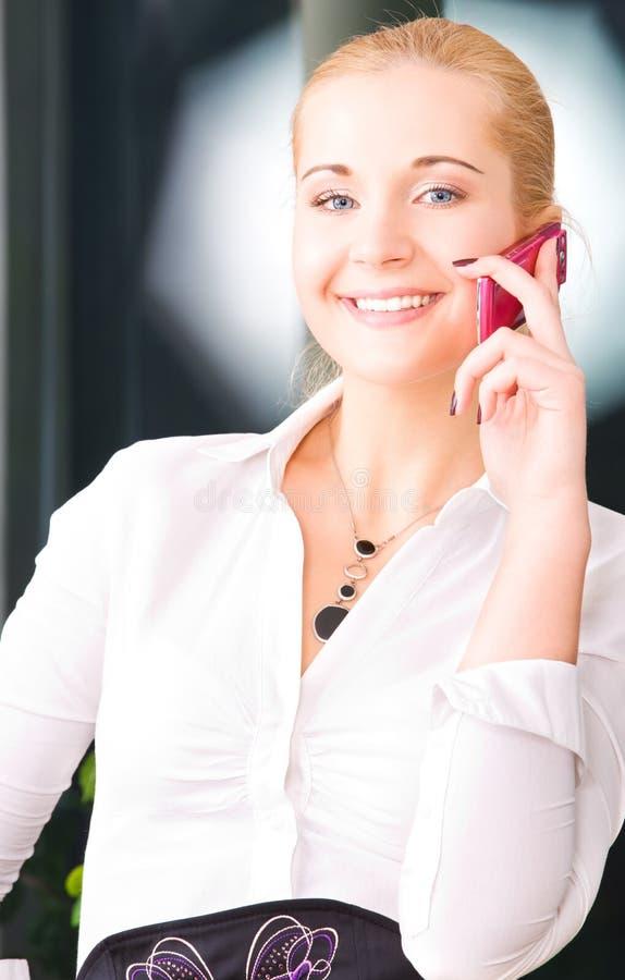 Download Mulher Encantadora Com Telefone De Pilha Imagem de Stock - Imagem de fêmea, bate: 10061541