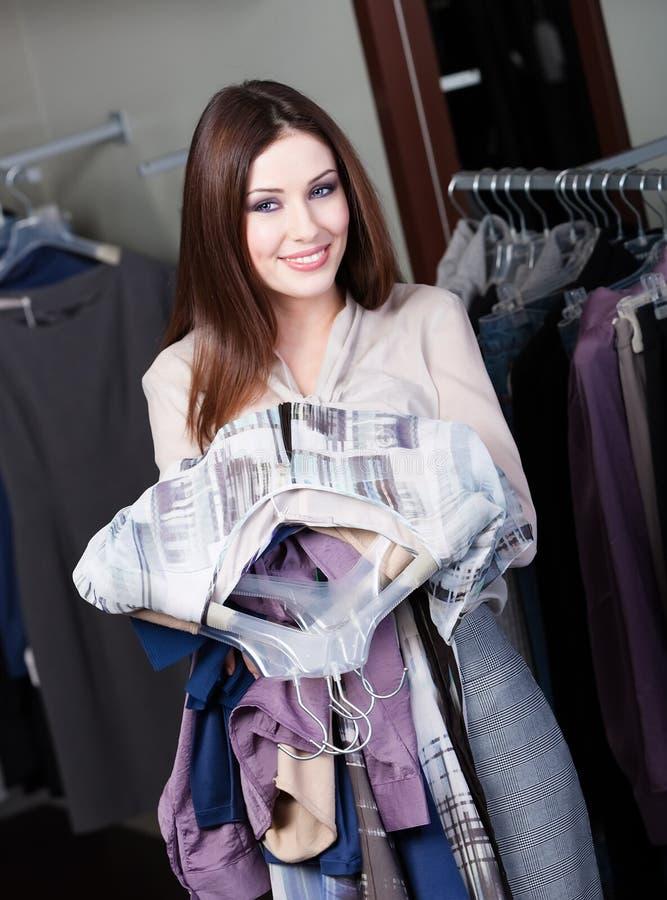 A mulher encantadora está ansiosa para fazer compras foto de stock