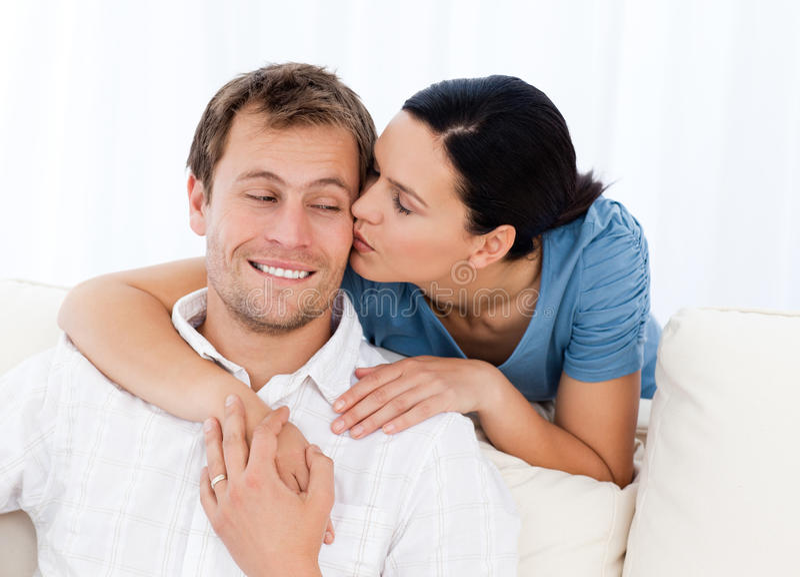 Mulher encantadora que beija seu noivo imagem de stock