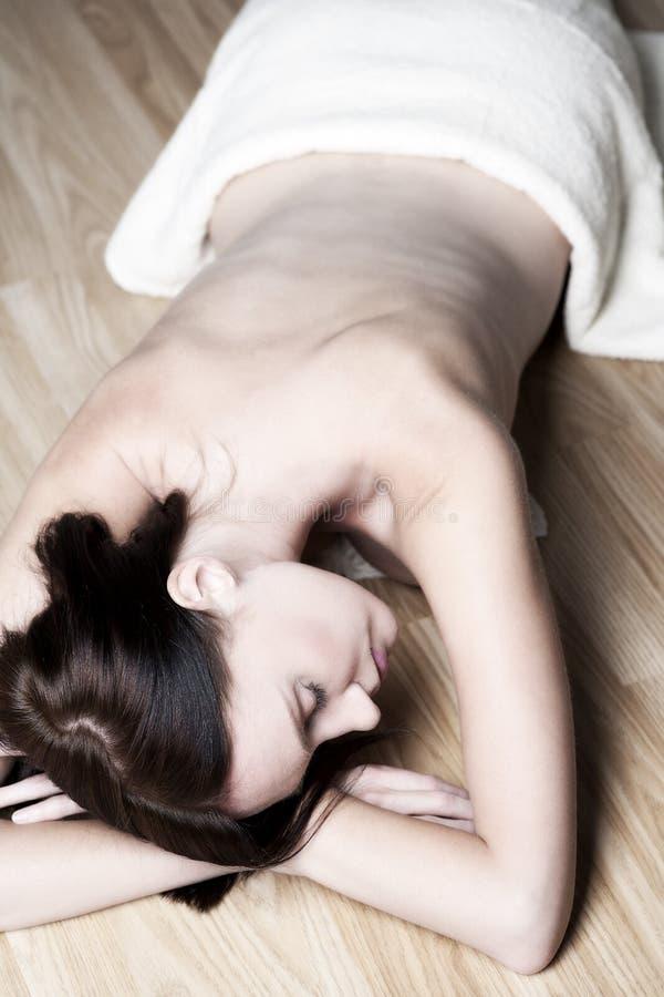 Mulher encontrando-se para baixo pronta para a massagem imagens de stock