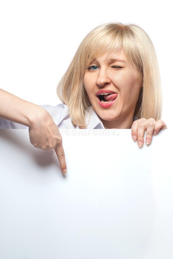 Mulher engraçada atrativa que prende o papel vazio branco fotos de stock royalty free