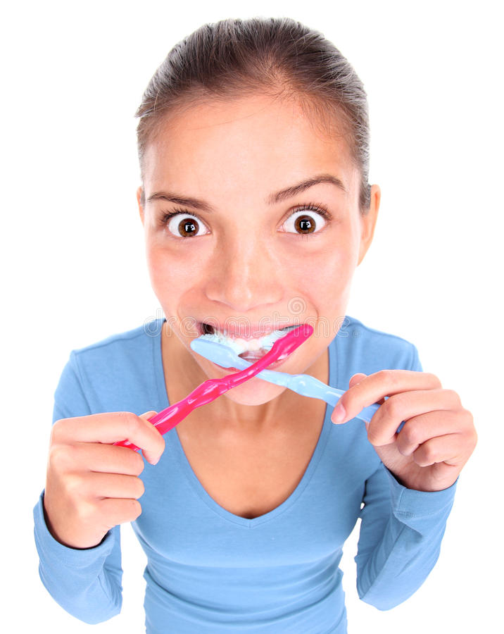 Mulher engraçada com os dois dentes de escovadela do toothbrush imagens de stock