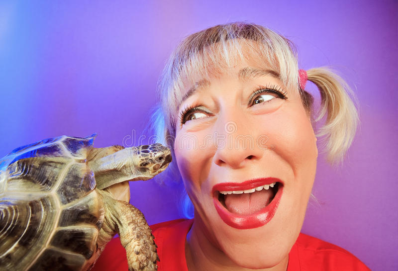 Mulher engraçada com portraitn da tartaruga fotos de stock royalty free
