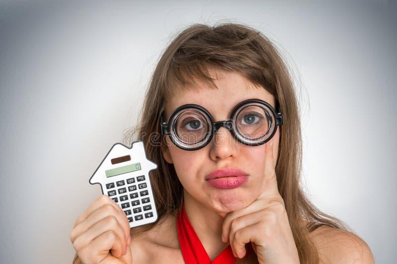 Mulher engraçada da escola do totó ou do lerdo com calculadora foto de stock royalty free