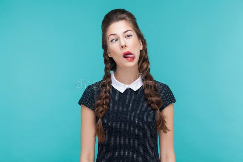 A mulher engraçada demonstra o olhar louco e cômico na câmera imagem de stock royalty free