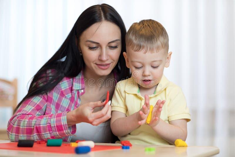 A mulher ensina a criança handcraft imagens de stock