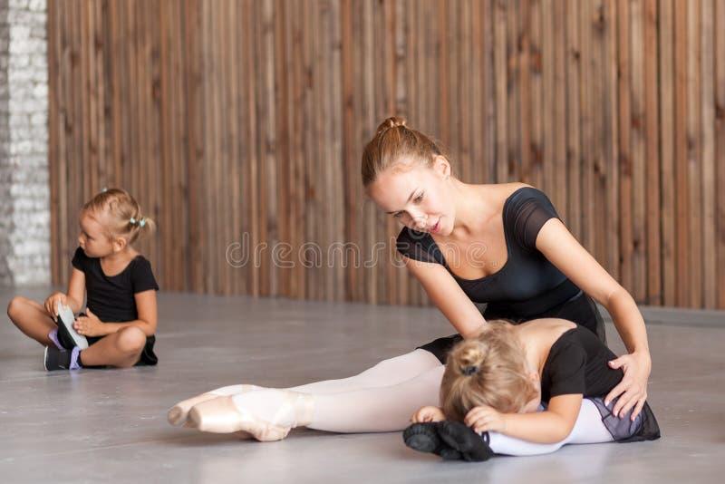 A mulher ensina meninas do bailado imagens de stock