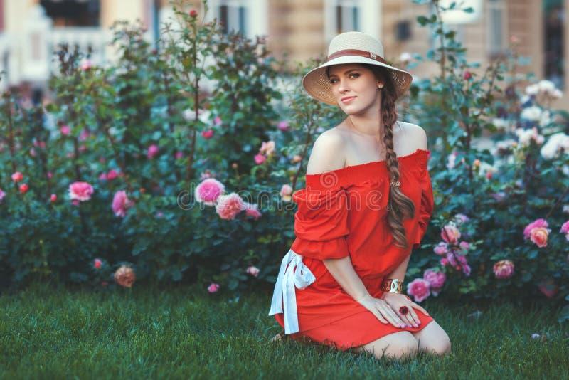 Mulher entre as rosas fotografia de stock